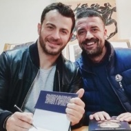 """Ο Γιώργος μαζί με τον φίλο του Άκη κατά τη διάρκεια της παρουσίασης του βιβλίου του """"Ντάνος: Μια αφήγηση στην Αυγή Σαββίδου"""" στα γραφεία της Εκδοτικής Αθηνών που έγινε στις 23 Φεβρουαρίου 2019 Φωτογραφία: akis.passaris Instagram"""