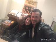 """Ο Γιώργος μαζί με φαν κατά τη διάρκεια της παρουσίασης του βιβλίου του """"Ντάνος: Μια αφήγηση στην Αυγή Σαββίδου"""" στα γραφεία της Εκδοτικής Αθηνών που έγινε στις 23 Φεβρουαρίου 2019 Φωτογραφία: Ίριδα Δούμα Facebook"""