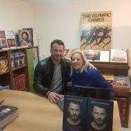 """Ο Γιώργος μαζί με φαν κατά τη διάρκεια της παρουσίασης του βιβλίου του """"Ντάνος: Μια αφήγηση στην Αυγή Σαββίδου"""" στα γραφεία της Εκδοτικής Αθηνών που έγινε στις 23 Φεβρουαρίου 2019 Φωτογραφία: elkourn Instagram"""