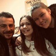 """Ο Γιώργος μαζί με φανς κατά τη διάρκεια της παρουσίασης του βιβλίου του """"Ντάνος: Μια αφήγηση στην Αυγή Σαββίδου"""" στα γραφεία της Εκδοτικής Αθηνών που έγινε στις 23 Φεβρουαρίου 2019 Φωτογραφία: ___haiya___ Instagram"""