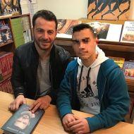 """Ο Γιώργος μαζί με φαν κατά τη διάρκεια της παρουσίασης του βιβλίου του """"Ντάνος: Μια αφήγηση στην Αυγή Σαββίδου"""" στα γραφεία της Εκδοτικής Αθηνών που έγινε στις 23 Φεβρουαρίου 2019 Φωτογραφία: kondylas.m Instagram"""