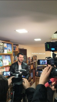 """Ο Γιώργος κατά τη διάρκεια της παρουσίασης του βιβλίου του """"Ντάνος: Μια αφήγηση στην Αυγή Σαββίδου"""" στα γραφεία της Εκδοτικής Αθηνών που έγινε στις 23 Φεβρουαρίου 2019 Φωτογραφία: kondylas.m Instagram"""