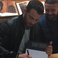 """Ο Γιώργος μαζί με τον φίλο του Άκη κατά τη διάρκεια της παρουσίασης του βιβλίου του """"Ντάνος: Μια αφήγηση στην Αυγή Σαββίδου"""" στα γραφεία της Εκδοτικής Αθηνών που έγινε στις 23 Φεβρουαρίου 2019 Φωτογραφία: ntanos.official.fp Instagram"""