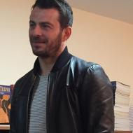 """Ο Γιώργος κατά τη διάρκεια της παρουσίασης του βιβλίου του """"Ντάνος: Μια αφήγηση στην Αυγή Σαββίδου"""" στα γραφεία της Εκδοτικής Αθηνών που έγινε στις 23 Φεβρουαρίου 2019 Φωτογραφία: ntanos.official.fp Instagram"""