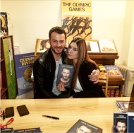 """Ο Γιώργος μαζί με τη Γεωργία Βρανά κατά τη διάρκεια της παρουσίασης του βιβλίου του """"Ντάνος: Μια αφήγηση στην Αυγή Σαββίδου"""" στα γραφεία της Εκδοτικής Αθηνών που έγινε στις 23 Φεβρουαρίου 2019 Φωτογραφία: official_georgiavrana Instagram"""