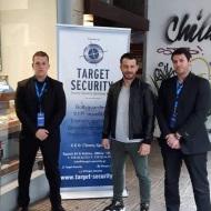 """Ο Γιώργος μαζί με την ομάδα ασφαλείας κατά τη διάρκεια της παρουσίασης του βιβλίου του """"Ντάνος: Μια αφήγηση στην Αυγή Σαββίδου"""" στα γραφεία της Εκδοτικής Αθηνών που έγινε στις 23 Φεβρουαρίου 2019 Φωτογραφία: target_security Instagram"""