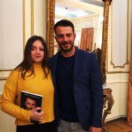 Ο Γιώργος με φαν κατά την παρουσίαση του βιβλίου του στον Βόλο που έγινε στις 17 Απριλίου 2019 Φωτογραφία: zrvoulitsaa Instagram
