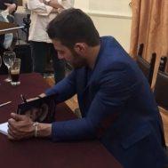 Ο Γιώργος κατά την παρουσίαση του βιβλίου του στον Βόλο που έγινε στις 17 Απριλίου 2019 Φωτογραφία: zrvoulitsaa via ntanos.official.fp Instagram