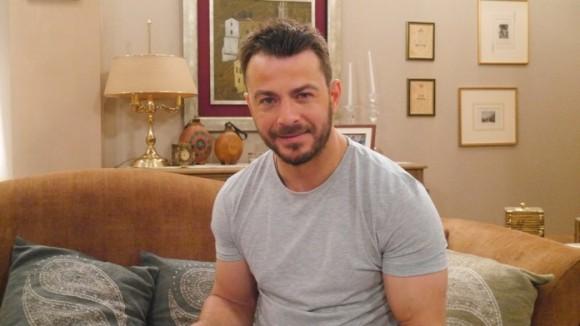 """Ο Γιώργος κατά τη διάρκεια των γυρισμάτων της guest εμφάνισής του στην τηλεοπτική σειρά του Alpha """"Το σόι σου"""" Φωτογραφία: alphatv.gr"""