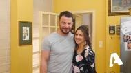 """Ο Γιώργος με τη Βίβιαν Κοντομάρη κατά τη διάρκεια των γυρισμάτων της guest εμφάνισής του στην τηλεοπτική σειρά του Alpha """"Το σόι σου"""" Φωτογραφία: alphatv.gr"""