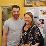 """Ο Γιώργος με τη Ρένια Λουϊζίδου κατά τη διάρκεια των γυρισμάτων της guest εμφάνισής του στην τηλεοπτική σειρά του Alpha """"Το σόι σου"""" Φωτογραφία: alphatv.gr"""