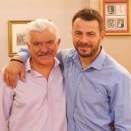"""Ο Γιώργος με τον Γιώργο Γιαννόπουλο κατά τη διάρκεια των γυρισμάτων της guest εμφάνισής του στην τηλεοπτική σειρά του Alpha """"Το σόι σου"""" Φωτογραφία: alphatv.gr"""