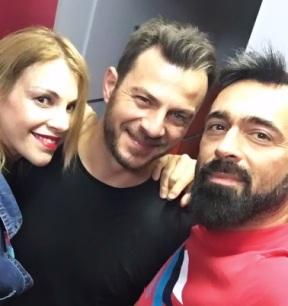 Ο Γιώργος μαζί με τον Μπο και τη Βίκυ Χατζάκη κατά τη διάρκεια της συνέντευξής του στον Κλικ Fm - 23 Μαΐου 2019 Φωτογραφία: bo_fugitive Instagram