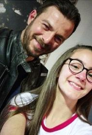 """Ο Γιώργος μαζί με τη μικρή πρωταγωνίστρια Ηλιάνα Γαλάνη κατά τη διάρκεια των γυρισμάτων για την guest εμφάνισή του στην τηλεοπτική σειρά """"Το σόι σου"""" Φωτογραφία: _ilianagalani_ Instagram"""