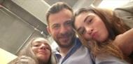 """Ο Γιώργος μαζί με τις μικρές πρωταγωνίστριες Ηλιάνα Γαλάνη και Βάσια Γκολφινοπούλου κατά τη διάρκεια των γυρισμάτων για την guest εμφάνισή του στην τηλεοπτική σειρά """"Το σόι σου"""" Φωτογραφία: _ilianagalani_ Instagram"""