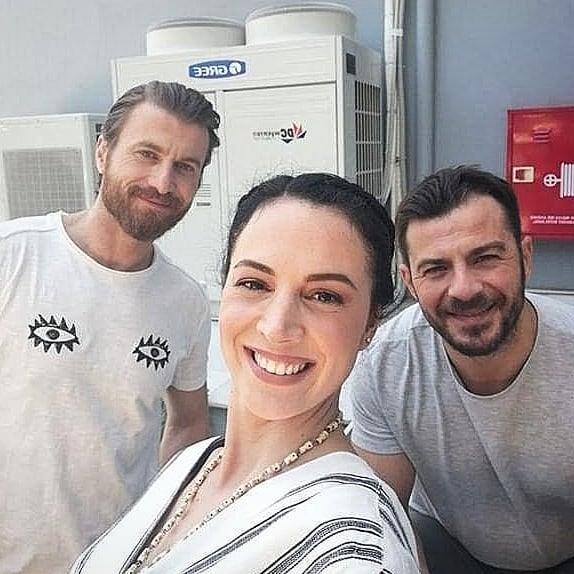 """Ο Γιώργος μαζί με τους ηθοποιούς Σόλων Τσούνη και Γωγώ Καρτσάνα κατά τη διάρκεια των γυρισμάτων για την guest εμφάνισή του στην τηλεοπτική σειρά """"Το σόι σου"""" Φωτογραφία: solontsounis Instagram"""