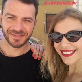 Ο Γιώργος μαζί με τη Βίκυ Χατζάκη κατά τη διάρκεια της συνέντευξής του στον Κλικ Fm - 23 Μαΐου 2019 Φωτογραφία: vickychatzaki Instagram