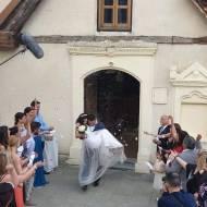 Γιώργος και Κατερίνα κατά τη διάρκεια των γυρισμάτων για τον τηλεοπτικό τους γάμο ως Στέφανος και Όλγα - 3-4 Μαΐου 2019 Φωτογραφία: Πατήρ Παναγιώτης Καιμακλιωτης Facebook