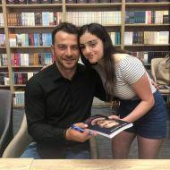 Ο Γιώργος κατά τη διάρκεια της παρουσίασης του βιβλίου του στο κατάστημα Public του Nicosia Mall στην Κύπρο - 31 Μαΐου 2019 Φωτογραφία: andreaax__ Instagram