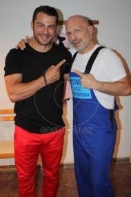 """Ο Γιώργος με τον Νίκο Μουτσινά στην πρεμιέρα της περιοδείας της παράστασης """"Βερβερίτσα"""" στο Βεάκειο Θέατρο Πειραιά - 26 Ιουνίου 2019 Φωτογραφία: Πέτρος Χόντος - cosmopoliti"""
