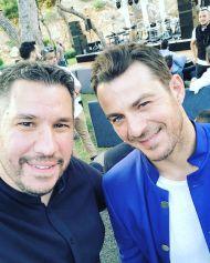 """Ο Γιώργος με τον Χάρη Λεμπιδάκη στην απονομή του πλατινένιου """"Κάτι παραπάνω"""" του Κωνσταντίνου Αργυρού - 24 Ιουνίου 2019 Φωτογραφία: harislebi Instagram"""
