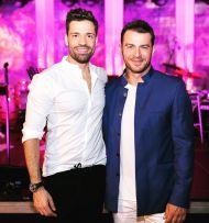 """Ο Γιώργος μαζί με τον Κωνσταντίνο Αργυρό στην απονομή του πλατινένιου """"Κάτι Παραπάνω"""" που έγινε στον δεύτερο - 24 Ιουνίου 2019 Φωτογραφία: official_danos_ga Instagram"""