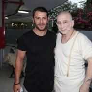 """Ο Γιώργος με τον Πέτρο Φιλιππίδη στην πρεμιέρα της παράστασης """"Κατά φαντασίαν ασθενής"""" στο Κατράκειο Θέατρο - 3 Ιουλίου 2019 Φωτογραφία: Star.gr"""