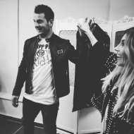 """Ο Γιώργος μαζί με τη στυλίστριά του, Έλενα Γεραρχάκη, στα backstage της εκπομπής """"Καλό Μεσημεράκι"""" - 21 Οκτωβρίου 2019 Φωτογραφία: to_barberiko Instagram"""