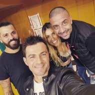 """Ο Γιώργος μαζί με συνεργάτες και φίλους στα backstage της εκπομπής """"Καλό Μεσημεράκι"""" - 21 Οκτωβρίου 2019 Φωτογραφία: to_barberiko Instagram"""