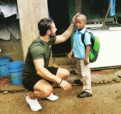 Ο Γιώργος με έναν μικρό φίλο από την επίσκεψη του στον Άγιο Δομίνικο, ένα χρόνο μετά το τέλος του Survivor...