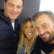 """Ο Γιώργος μαζί με τον Χρήστο Φερεντίνο και την Έλενα Γεραρχάκη στα backstage του παιχνιδιού """"Πάνω Κάτω"""" Φωτογραφία: elena_gerarhaki Instagram"""