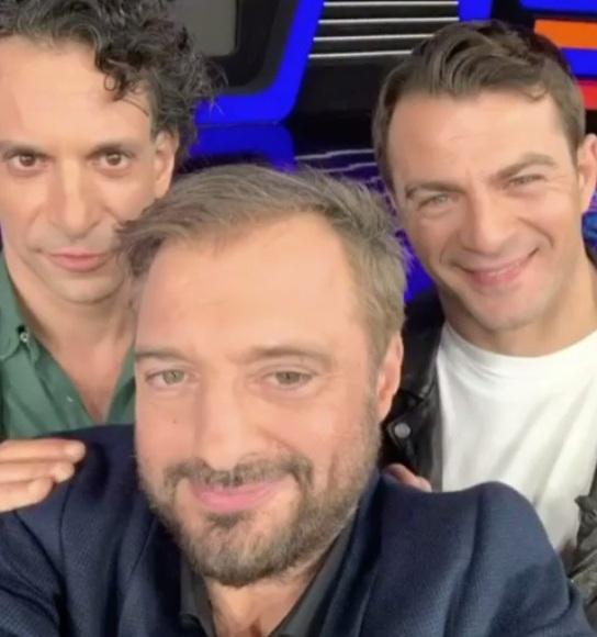 """Ο Γιώργος μαζί με τον Χρανιώτη και τον Χρήστο Φερεντίνο στα backstage του παιχνιδιού """"Πάνω Κάτω"""" Φωτογραφία: ferentinos_christos Instagram"""