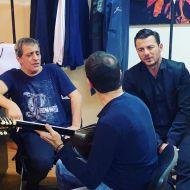 """Ο Γιώργος κάνοντας πρόβα με τον Θέμη Αδαμαντίδη backstage πριν την έναρξη του εορταστικού """"Στην Υγειά μας"""" - 24 Δεκεμβρίου 2019 Φωτογραφία: to_barberiko Instagram"""