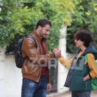 """Ο Γιώργος με τον μικρό Δημήτρη Χαρίτο Καλοδήμο (Νικόλα) κατά τη διάρκεια των γυρισμάτων της σειράς """"Αν ήμουν πλούσιος"""" Φωτογραφία: ZappIt"""