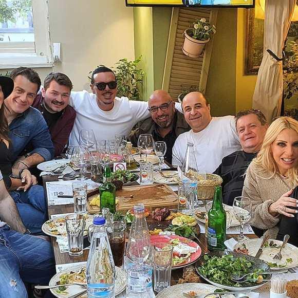 """Ο Γιώργος μαζί με όλο το καστ της ταινίας Χαλβάη 5-0 στο μαγαζί """"Στα καλά καθούμενα"""" για φαγητό, πριν την πρεμιέρα της ταινίας στη Θεσσαλονίκη - 28 Ιανουαρίου 2020 Φωτογραφία: stefanos_saratsis Instagram"""