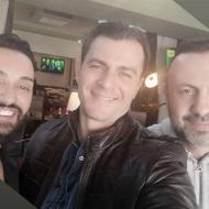 """Ο Γιώργος μαζί με τον Τάσο Τρύφωνος και τον Τάσο Ριζόπουλο στο μαγαζί """"Στα καλά καθούμενα"""" στη Θεσσαλονίκη - 28 Ιανουαρίου 2020 Φωτογραφία: tasos_rizopoulos Instagram"""