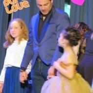 """Ο Γιώργος μαζί με τις μικρές πριγκίπισσες στην εκδήλωση της """"Βραδιάς του Ευχαριστώ"""" του Make a Wish που πραγματοποιήθηκε στην Αθήνα στις 25 Φεβρουαρίου 2020 Φωτογραφία: giorgos_aggelopoulos_friends Instagram"""