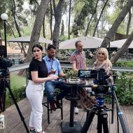 """Ο Γιώργος με τη Βίκυ Μπαφατάκη στη διάρκεια του γυρίσματος της συνέντευξης για την εκπομπή """"Φωτεινές Διαδρομές"""" - 18 Οκτωβρίου 2020 Φωτογραφία: Φωτεινές Διαδρομές Facebook"""