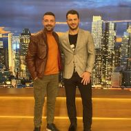 """Ο Γιώργος μαζί με τον φίλο του Άκη στην εκπομπή """"The2night Show"""" η οποία μεταδόθηκε στις 25 Φεβρουαρίου 2020 Φωτογραφία: akis.passaris IG"""