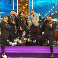 """Ο Γιώργος μαζί με τη μπάντα Prestige στην εκπομπή """"The2night Show"""" η οποία μεταδόθηκε στις 25 Φεβρουαρίου 2020 Φωτογραφία: prestigetheband IG"""