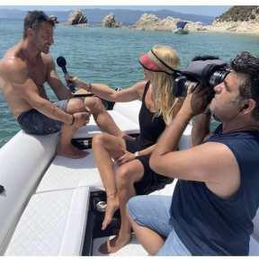 Ο Γιώργος κατά τη διάρκεια της συνέντευξής του στη Ναταλί Κάκκαβα για την εκπομπή Όλα Γκουντ στη Σκιάθο Φωτογραφία: g.goudaras IG